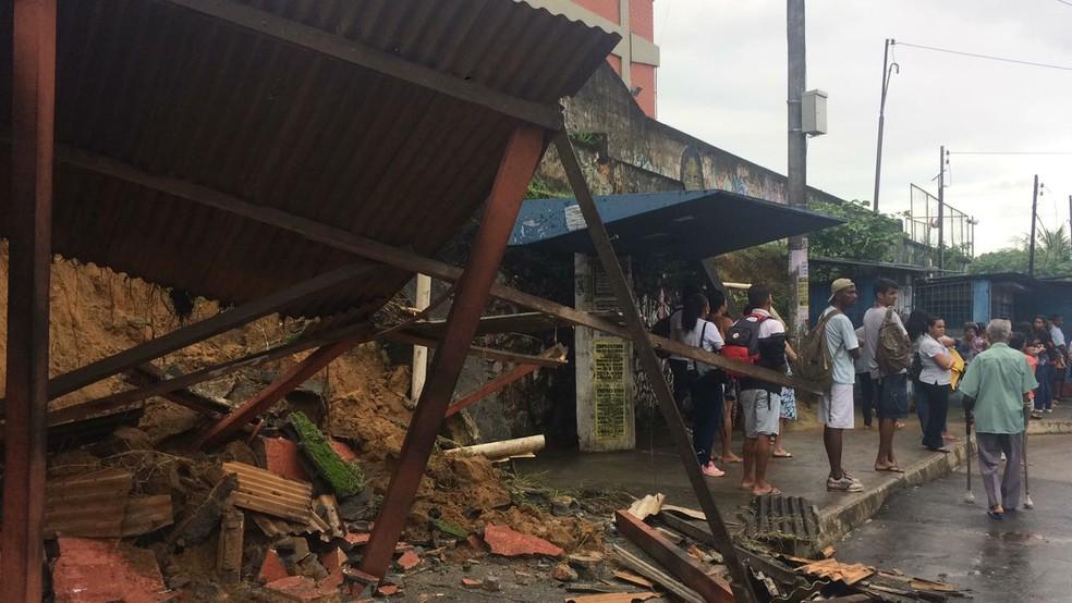 Muro cede em Cajazeiras e duas pessoas ficam com ferimentos leves (Foto: Andrea Silva/Cajazeiras)