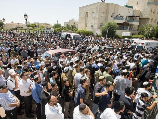 Parentes e amigos do adolescente Eyal Ifrach participam do funeral dele, na cidade de Elad, no centro de Israel (Foto: Jack Guez/ AFP)