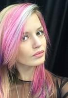 Georgia May Jagger faz mechas multicoloridas nos cabelos; veja fotos