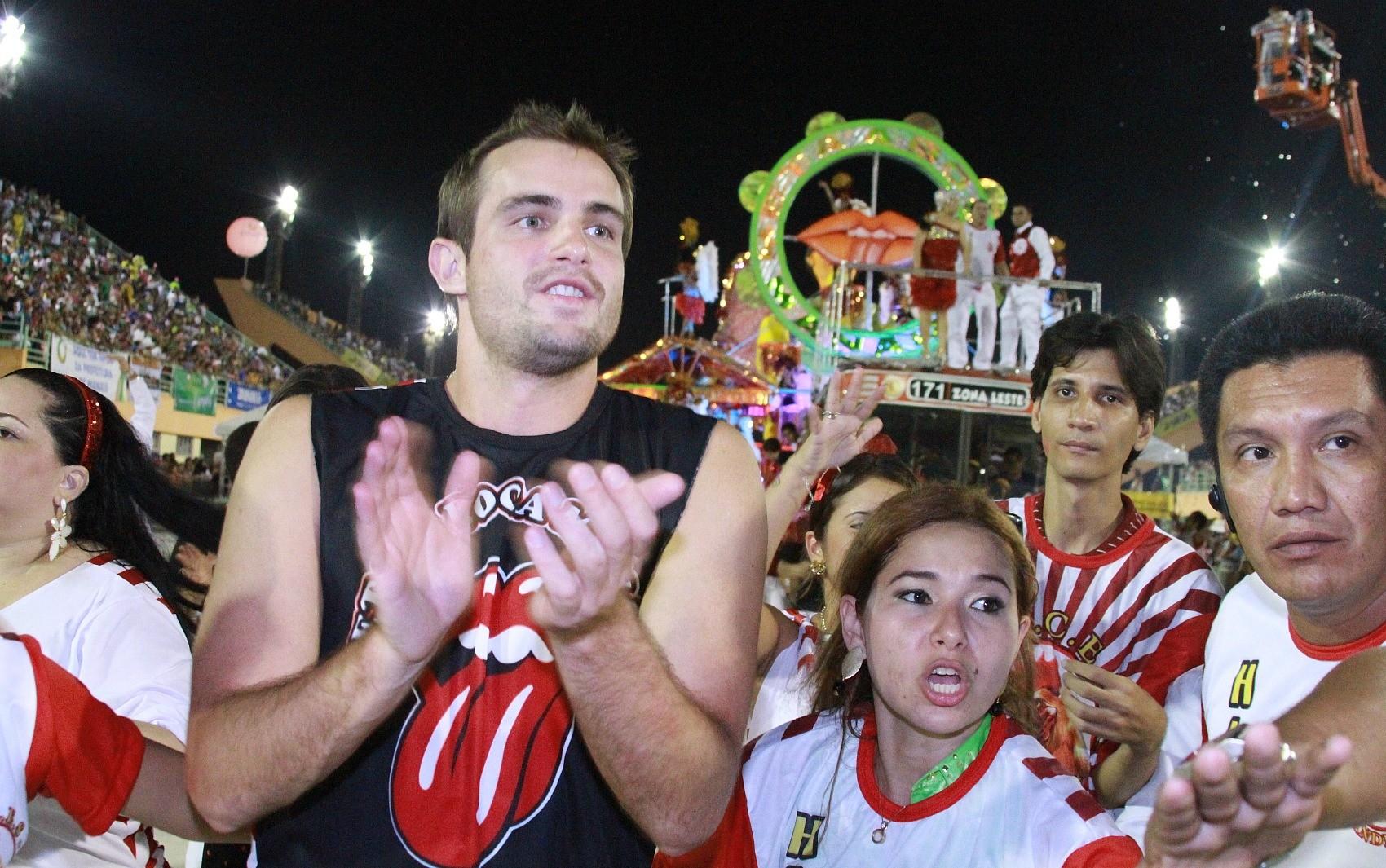 Max Fercondini desceu de destaque para sambar com torcedores da escola (Foto: Frank Cunha/G1)