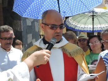 Padre da Via Sacra no Centro do Recife (Foto: Luna Markman/G1)