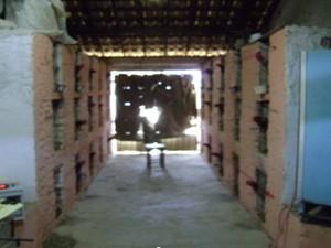 Cerca de 60 galos estavam alojados em pequenas gaiolas (Foto: Divulgação/4ªDRPC)