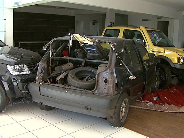 Carro invadiu concessionária e bateu em dois veículos no interior da loja (Foto: Valdinei Malaguti/EPTV)