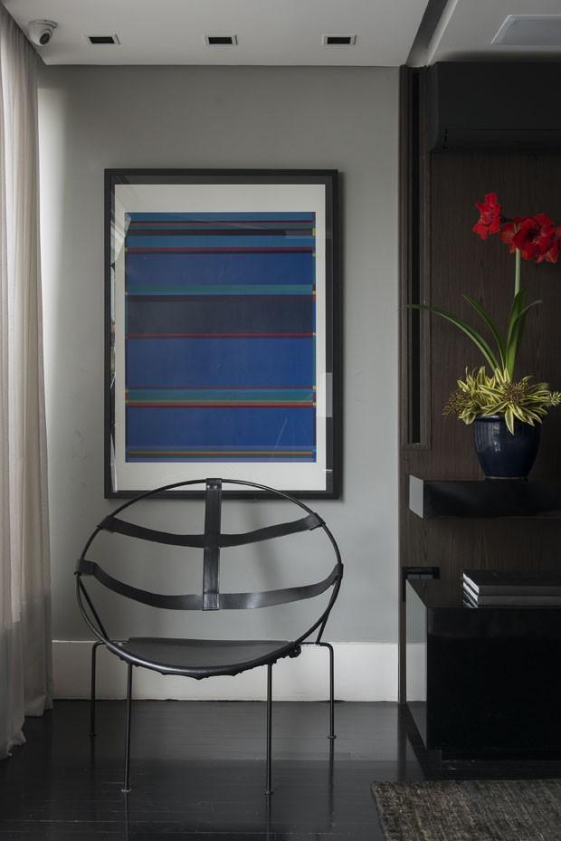 Madeira escura e laca preta criam décor masculino equilibrado (Foto: Carol Bratke/divulgação)