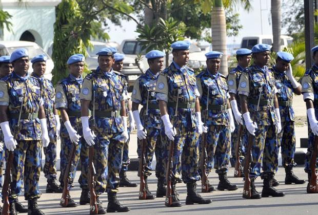Policiais das Nações Unidas participam da cerimônia de entrega da segurança para forças do Timor Leste (Foto: Valentino de Sousa/AFP)