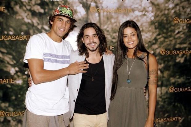 Aline Riscado e Felipe Roque com Guga Sabatiê (Foto: Marcos Ferreira / Brazil News)