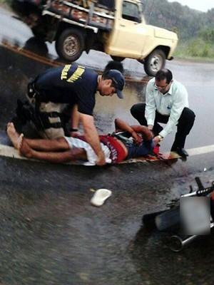 José Jesús Matos presta os primeiros-socorros em acidente (Foto: Divulgação/Prefeitura de Mucajaí)