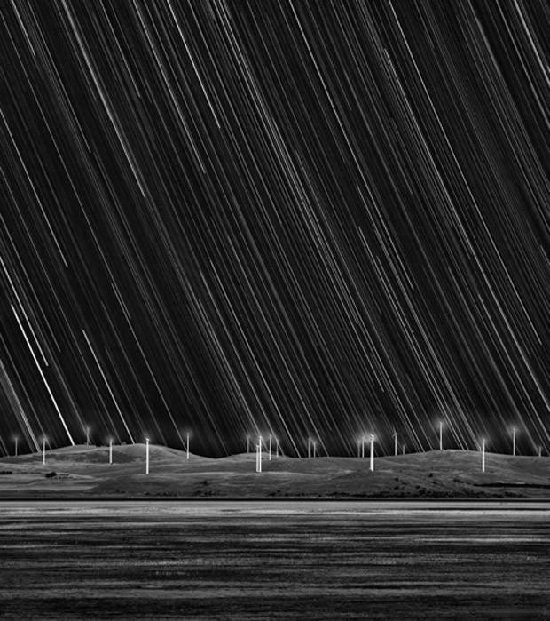 Imagem intitulada 'Caminhos de Estrelas para o Parque Eólico', de Matt James, foi a segunda colocada na categoria 'Terra e Espaço' (Foto: Matt James)