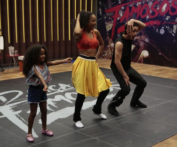 Negra Li e Edgar Fernandes se divertem com a filhinha da cantora (Foto: Felipe Monteiro / Gshow)