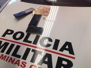 Celulares e dinheiro apreendido com menor de 17 anos (Foto: Victor Carvalho/G1)