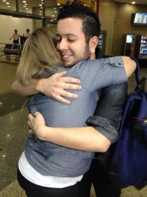 Fernando foi abraçado pela mãe no aeroporto (Foto: Tássia Lima/ G1)