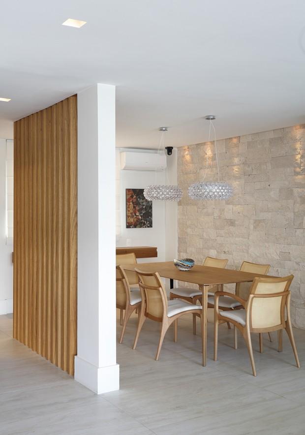SALA DE JANTAR | Parede de tijolinhos da Ekko Revestimentos. Mesa de jantar da Way Design. Cadeiras da Finish. Luminárias pendentes à venda na Interpam (Foto: Juliano Colodeti/MCA Estudio/Divulgação)