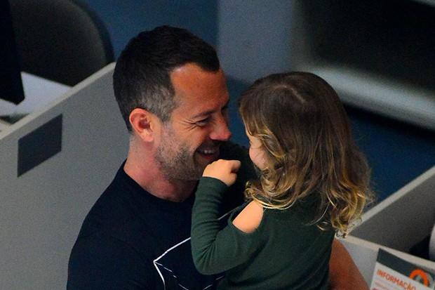 Malvino Salvador com a filha, Ayra (Foto: Willian Oda/ Agnews)