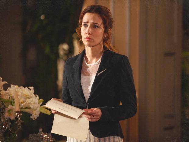Laura mostra os papéis do divórcio (Foto: Lado a Lado/TV Globo)
