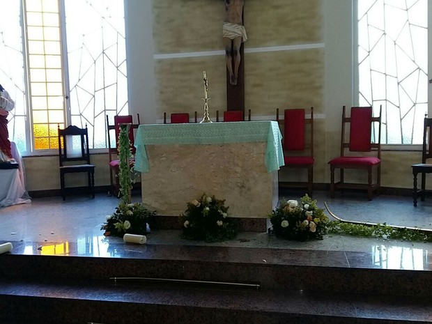 Altar da Igreja NS de Fátima danificado por homem em Juiz de Fora  (Foto: Rodrigo Neves/G1)