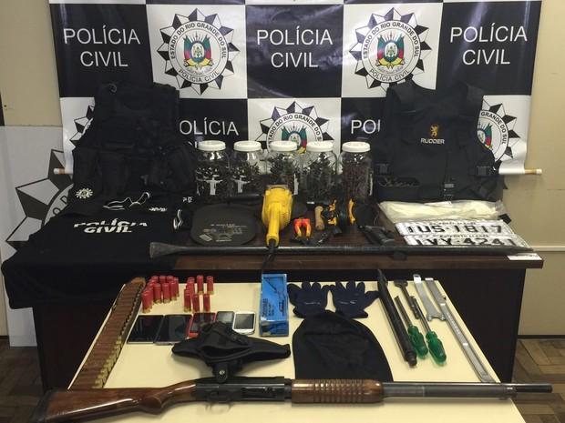 Quadrilha é suspeitar de usar uniforme da Polícia Civil para praticar crimes (Foto: Polícia Civil/Divulgação)