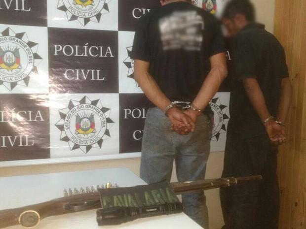 Dupla foi presa com animais mortos no carro em Piratini, no RS (Foto: Divulgação/Polícia Civil)