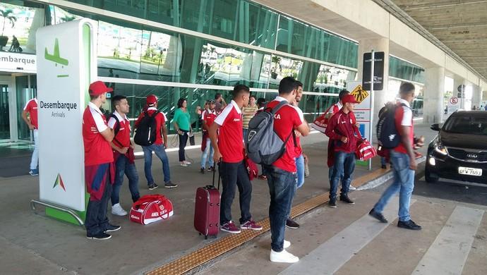 Desembarque do América-RN (Foto: Jocaff Souza/GloboEsporte.com)
