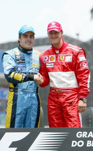 Fernando Alonso e Michael Schumcaher na decisão do título de 2006, em Interlagos (Foto: Getty Images)