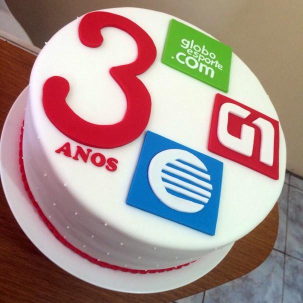Equipe de web comemorou aniversário com jantar e bolo personalizado  (Foto: Rede Clube)
