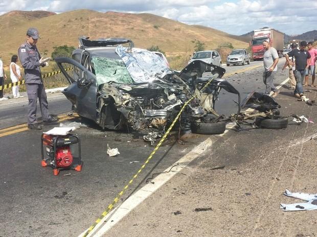 Com o impacto da batida o carro ficou com a frente completamente destruída (Foto: Wilson Ribeiro/Inter TV dos Vales)