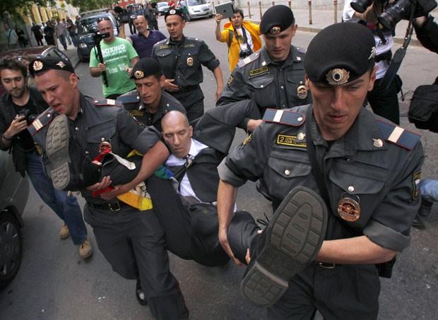 Ativista dos direitos LGBT é detido por policiais (Foto: Maxim Shemetov/Reuters)