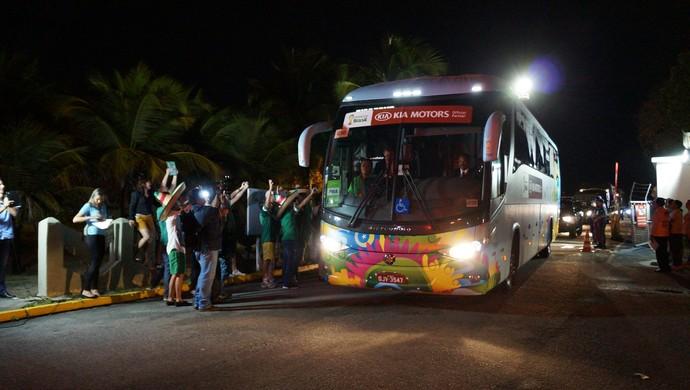 Seleção do México deixa a Base Aérea de Natal (Foto: Augusto Gomes/GloboEsporte.com)