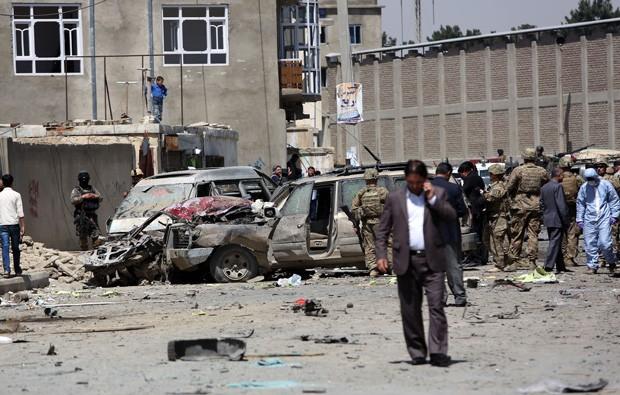 Carro-bomba atingiu tropas internacionais em atentado suicida nas imediações do Aeroporto Internacional de Cabul, capital do Afeganistão, neste domingo (17) (Foto: AP Photo/Rahmat Gul)