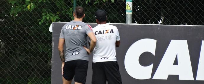 Lucas Pratto conversa com Roger, do Atlético-MG (Foto: Maurício Paulucci)