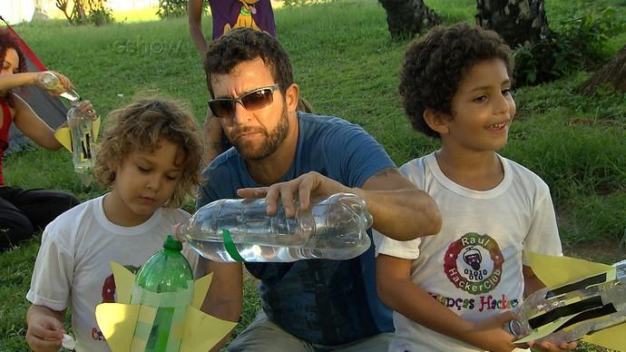 Jailson Alves ensina como fazer um foguetinho decolar (Foto: TV Bahia)