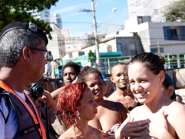 Polícia foi até o local do toplessaço, em Itapuã, Vila Velha, Espírito Santo (Foto: Andre Alves/ VC no ESTV)