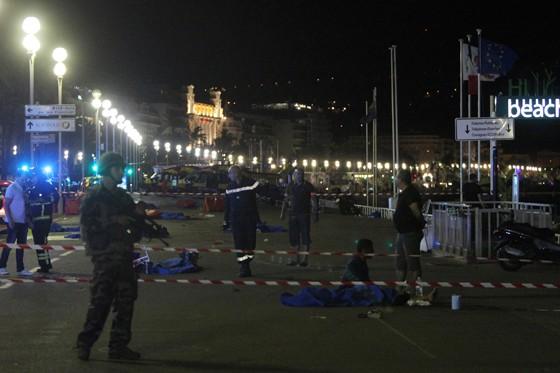 Mais de 70 pessoas morreram após um caminhão avançar sobre multidão em Nice. Corpos espalhados pela orla foram cobertos com panos azuis (Foto: Valery Hache/AFP)