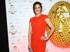 De vestido vermelho, Claudia Raia prestigia evento em São Paulo