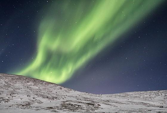 Aurora boreal nas montanhas no norte da Lapônia, na Noruega  (Foto: © Marco Brotto)