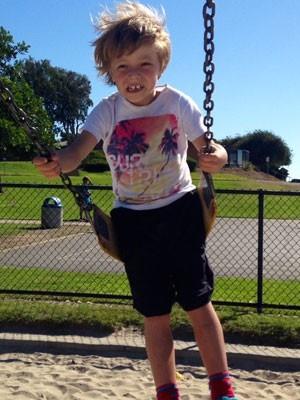 O pequeno Ivan Coimbra (7), autista, mostra seu charme e desenvoltura num balanço da California