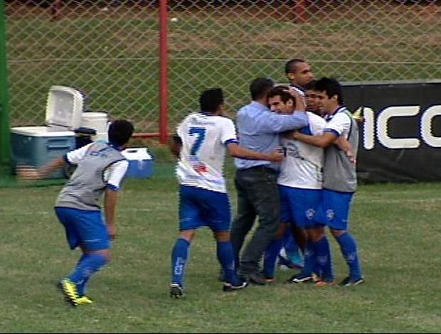 Stefan (sendo abraçado pelo técnico Emerson Silva) comemora o gol salvador, que livrou o Vitória do rebaixamento (Foto: Reprodução/TV Gazeta)