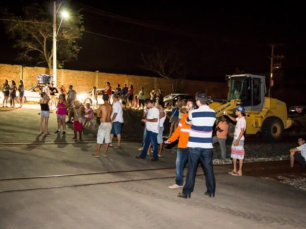 Prefeito e moradores fazem protesto na Vitória Minas (Foto: Willian Henrique Westphal / VC no G1)