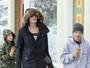 Angelina Jolie enfrenta a neve em passeio com os filhos