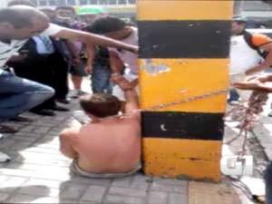 Igor foi amarrado pelo pescoço em um poste (Foto: Reprodução)