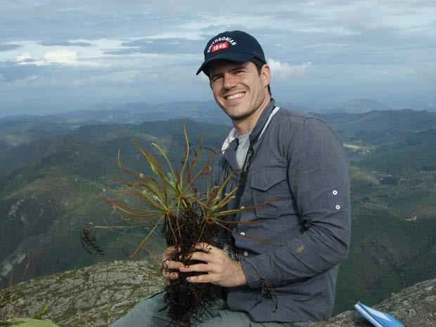 O pesquisador brasileiro Paulo Gonella segura amostra de planta carnívora em visita a montanhas em Minas Gerais (Foto: Carlos Rohrbacher)