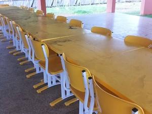 Cadeiras e mesas na área externa do colégio ficaram sujas com pó de minério (Foto: Márcia Freitas)