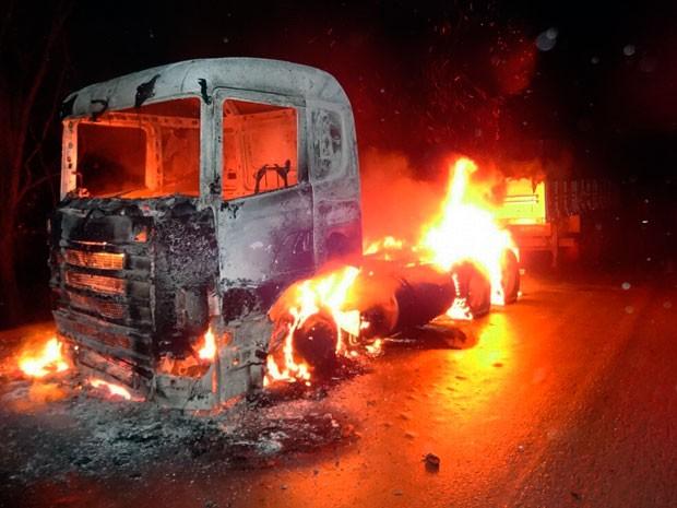 Carreta ficou totalmente destruída após pegar fogo na BR-242 (Foto: Jadiel Luiz/Blog Sigi Vilares)