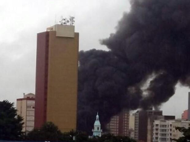 Imagem mostra incêndio em loja no Centro de Campinas nesta quinta-feira  (Foto: Luciano Silva/Arquivo Pessoal)