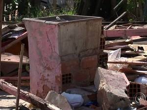 Moradores reclamam de entulho acumulado após demolição (Foto: Reprodução/TV TEM)