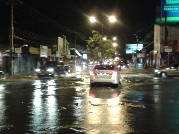 Muitas ruas ficaram alagadas durante às 3h de chuva (Foto: Jainara Costa)
