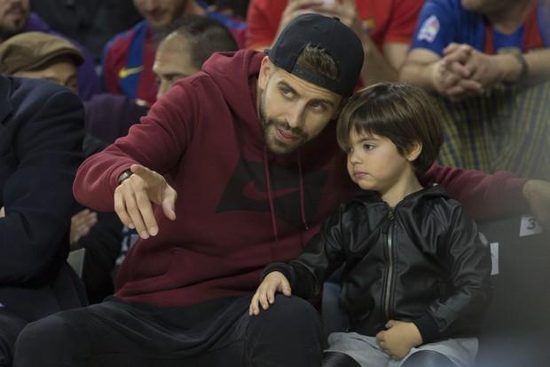 Gerard Piqué com o filho Milan (Foto: Albert Llop/Anadolu Agency/Getty Images)