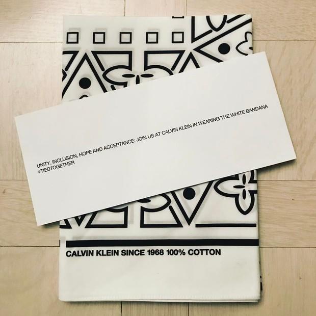 As gift bags da estreia de Raf Simons na Calvin Klein continham as bandanas e o convite: #tiedtogether (Foto: Reprodução/ Instagram)
