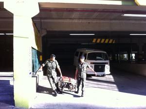 Soldados levam gerador para dentro da boate Kiss (Foto: Felipe Truda/G1)
