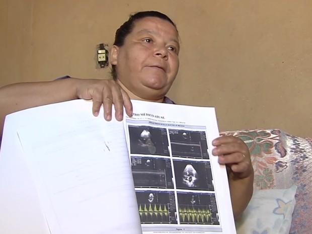 Jerusa Macedo, 49, fez exames pré-operatórios, mas aguarda há 1 ano por cirurgia, em Goiás (Foto: Reprodução/TV Anhanguera)