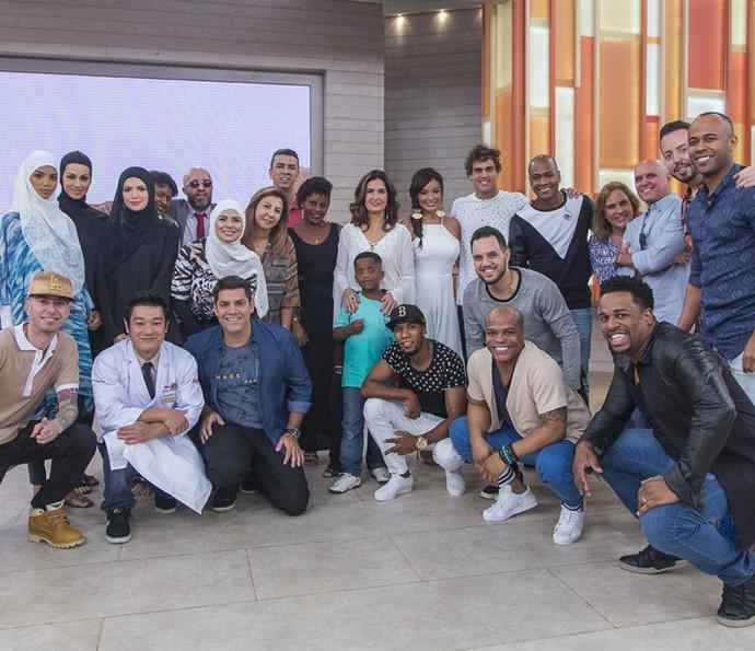 Fátima Bernardes posa com os convidados do 'Encontro' (Foto: Artur Meninea/Gshow)